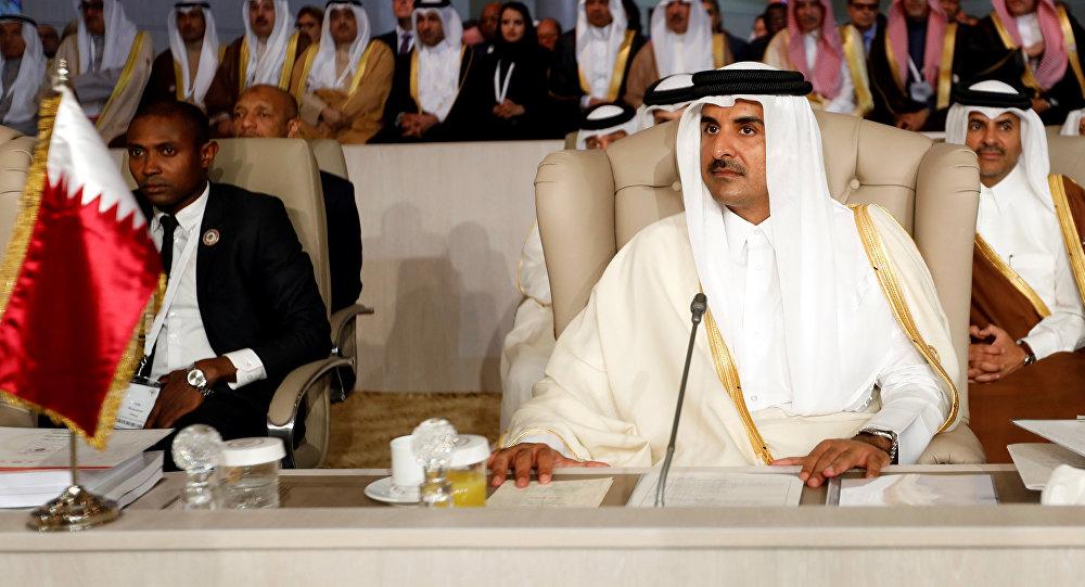 """أعضاء بالأسرة الحاكمة في قطر يرفعون لافتة """"يجب أن يرحل فورًا""""!"""