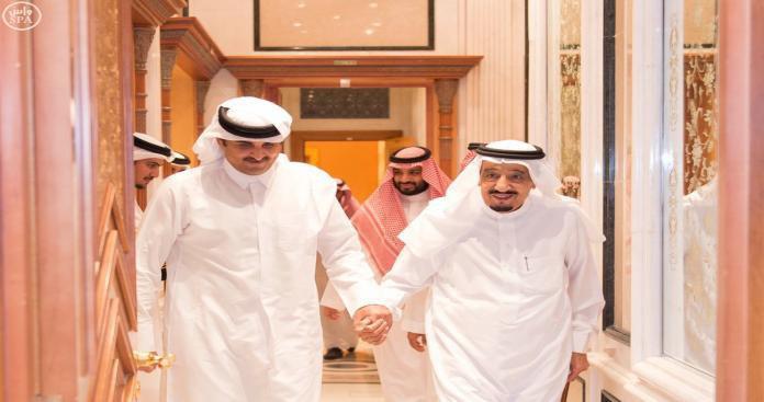 """مصدر يكشف موقفًا صادمًا لـ""""ابن زايد"""" من قرار الملك سلمان بشأن قطر"""