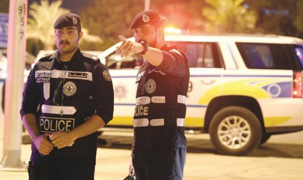 الأمن في الكويت يشتبك مع شاب عاري (فيديو)