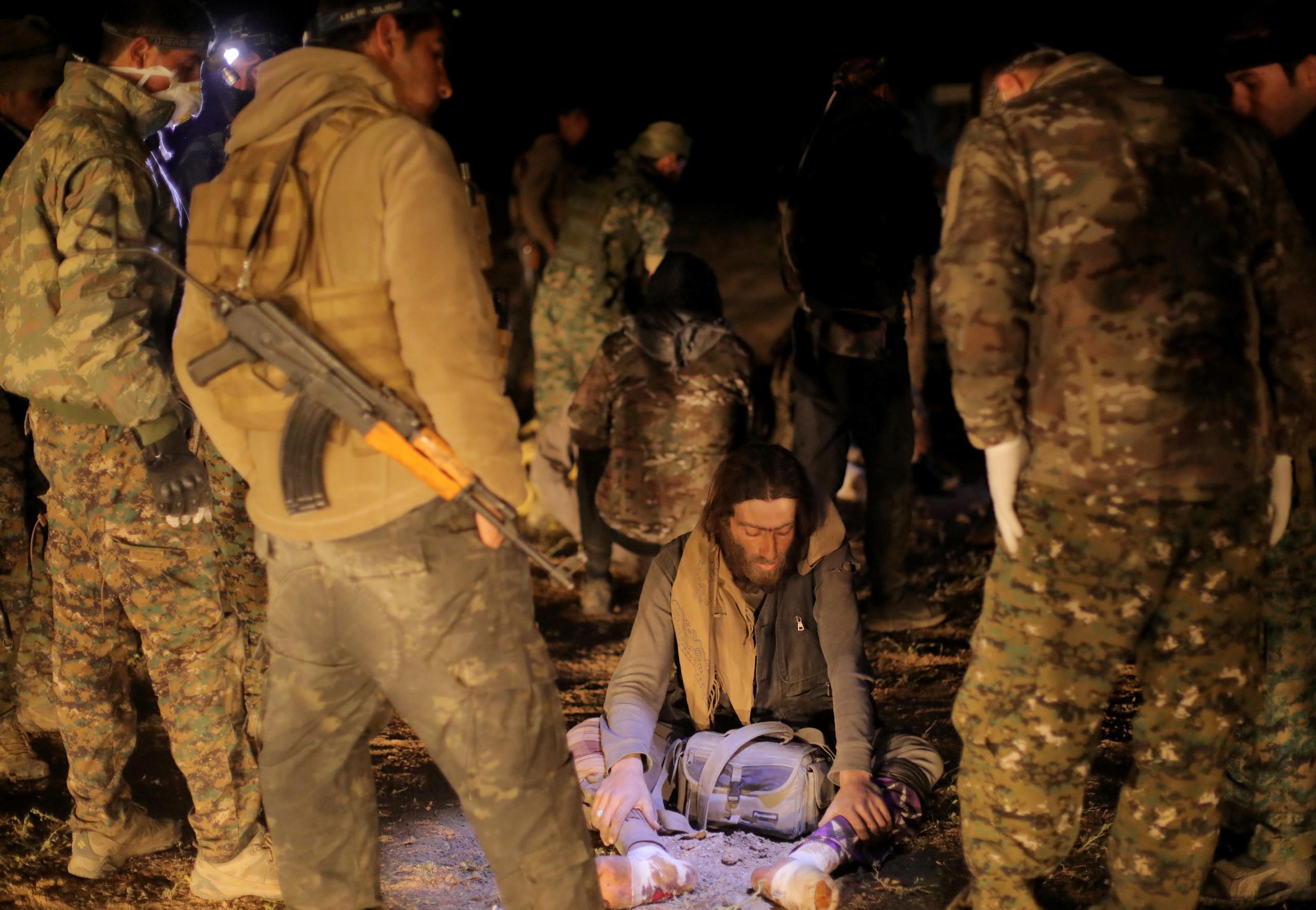 """مشاهد صادمة لعناصر """"تنظيم الدولة"""" أثناء اختبائهم في أنفاق الباغوز.. ماذا يفعلون؟ (فيديو)"""