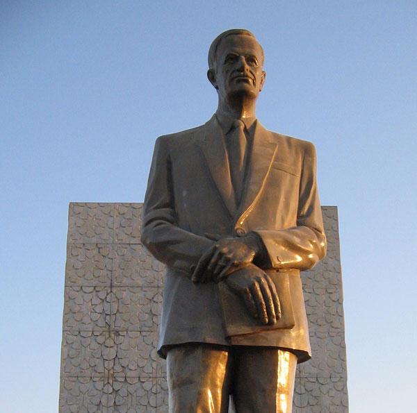 """شاهد.. هذا ما فعله أحد ضباط النظام مع تمثال لـ"""" حافظ الأسد"""" بحلب"""