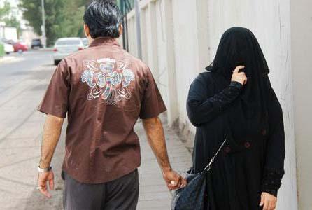 الإمارات.. 3 أشخاص يرتكبون فعلًا صادمًا مع امرأة في طريق عام بدبي