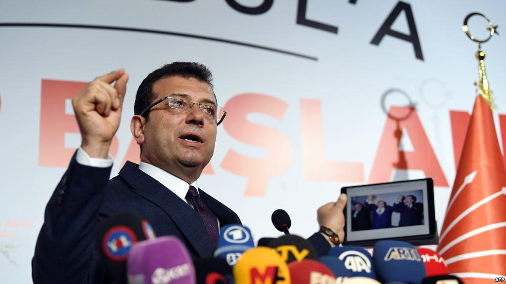 شاهد.. رئيس بلدية إسطنبول يستفز المواطنين الأتراك بصورة (صور)
