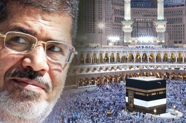 """شاهد.. الحرم المكي يعج بصور للتضامن مع وفاة """"مرسي"""".. والأمن يتدخل"""
