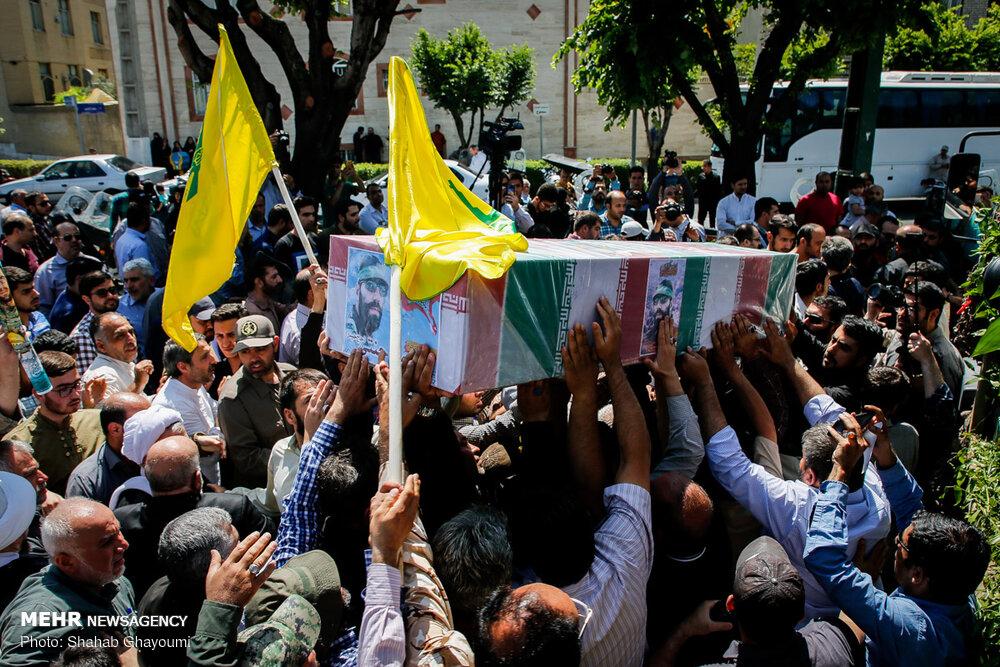 """نقل جثمان أفضل مساعد لـ""""قاسم سليماني"""" من حماة إلى طهران.. """"جسده بلا رأس وبلا يد"""" (صور)"""