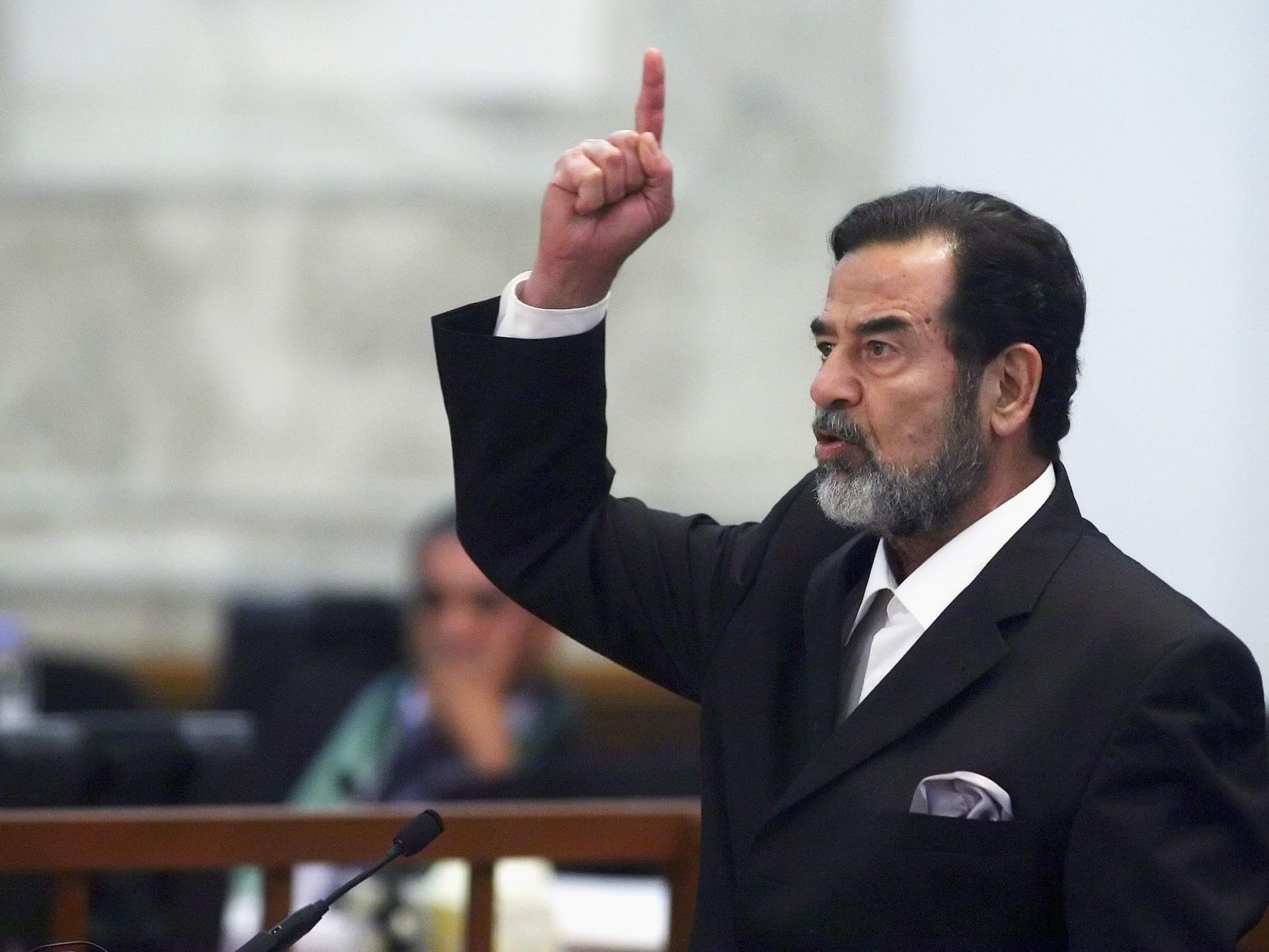 مفاجأة.. صدام حسين يتواجد في عزاء القاضي الذي حاكمه وردود فعل غاضبة (شاهد)