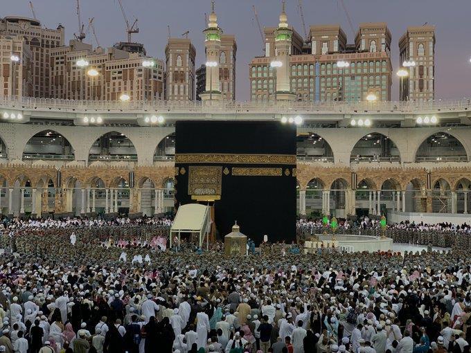 """ضجة في المسجد الحرام وتوقف الطواف.. شخصية رفيعة تصعد الكعبة بأوامر """"الملك سلمان"""" (صور)"""