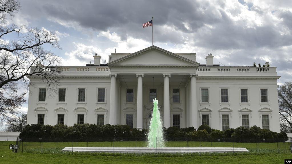 فضيحة.. رئيس أمريكي يرتدي فستانًا وحذاء نسائياً في البيت الأبيض (صورة)