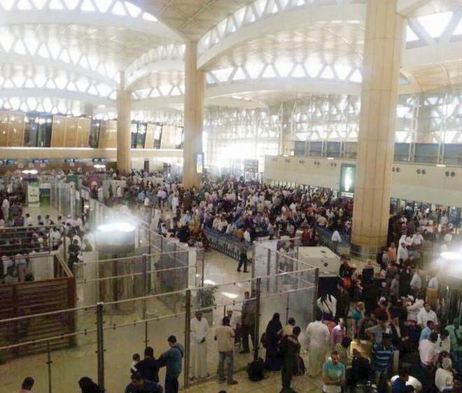 صراخ وزحام شديد وشخصيات تهرب بمطار الرياض.. ماذا يحدث في السعودية؟ (فيديو)