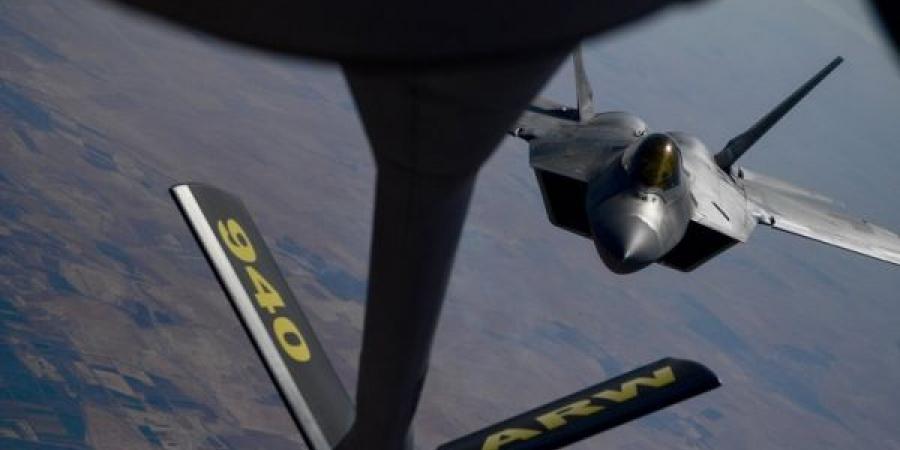 """بالصور.. أقوى مقاتلة أمريكية تظهر في سماء سوريا """"معطوبة""""!"""