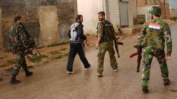 """بالفيديو.. أخر مزاح """"قوات النظام"""".. جندي يلقي بقنبلة وسط زملائه"""