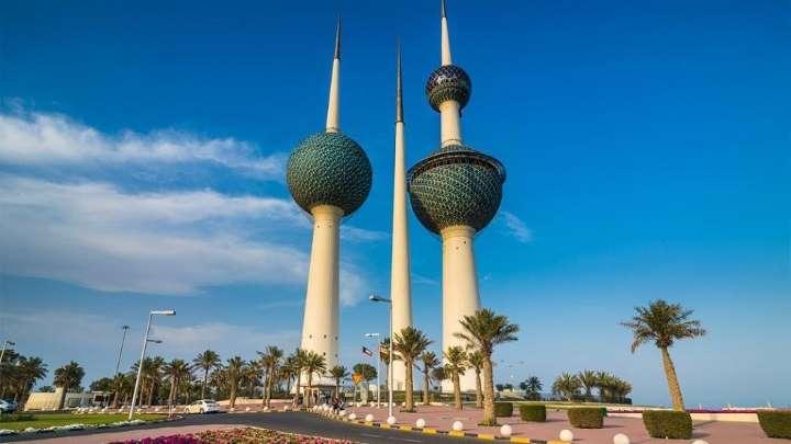 الكويت.. فتاة تخدش حياء شاب بفعل فاضح في الشارع