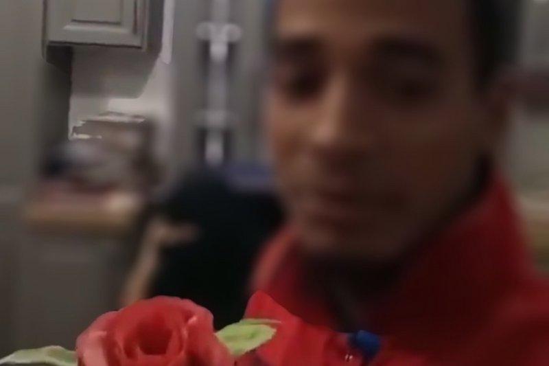 وافد أجنبي يباغت امرأة سعودية داخل غرفة مغلقة بفعل صادم.. وتحرك عاجل للأمن (فيديو)