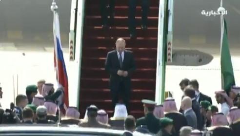 """لم يتوقعها من """"الملك سلمان"""".. مفاجأة صادمة للقصير الروسي """"بوتين"""" في مطار الرياض (فيديو)"""