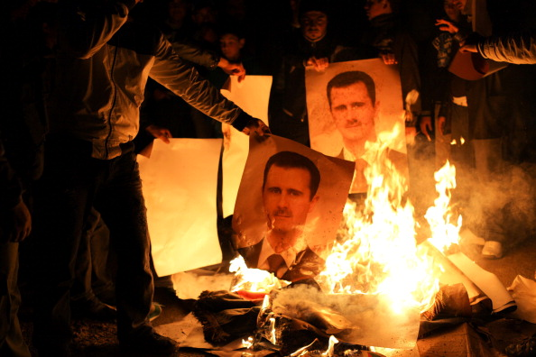 """أهالي دمشق يحرقون صورة كبيرة لـ""""بشار"""" بعد أن فاض منهم الكيل"""