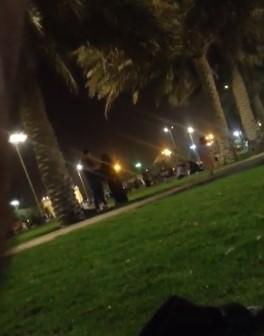 مشهد يهز السعودية.. رجل وامرأة يرتكبان فعلًا صادمًا على الملأ بكورنيش الدمام (فيديو)