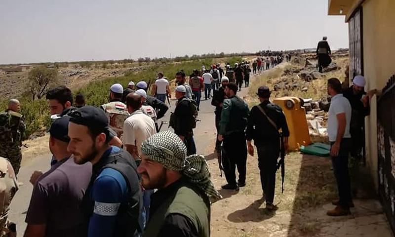 """""""فصائل السويداء"""" تفرض حصارًا على ثكنة عسكرية لـ""""نظام الأسد"""" وتحبس الضباط بداخلها"""