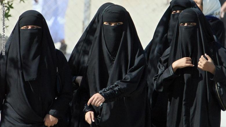 """سعوديات يكسرن التقاليد بتلك الطريقة """"الجديدة"""" بجدة"""