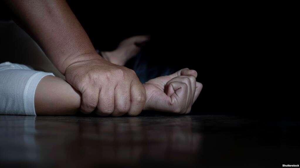 طالب سعودي يستدرج فتاة مخمورة إلى منزله ويغتصبها.. ومفاجأة في القضية
