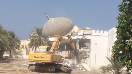 شاهد.. فيديو لهدم مسجد بسلطنة عُمان يشعل مواقع التواصل.. وصحفي يكشف الحقيقة