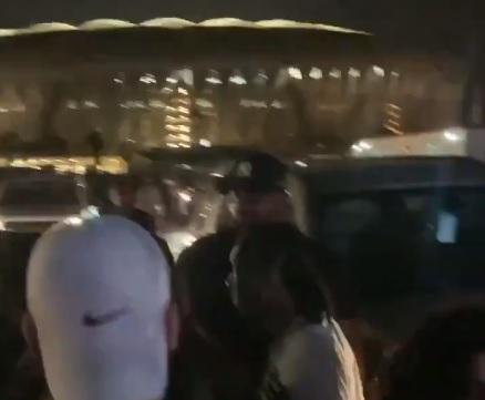 أحضان على أنغام الموسيقى.. مشاهد صادمة بين فتيات ومطرب أمريكي في جدة (فيديو)