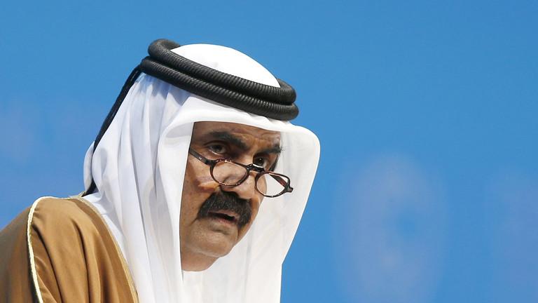 """ظهور مفاجئ لـ""""أمير قطر"""" السابق حمد بن خليفة.. ورسالة نارية إلى السعودية (فيديو)"""