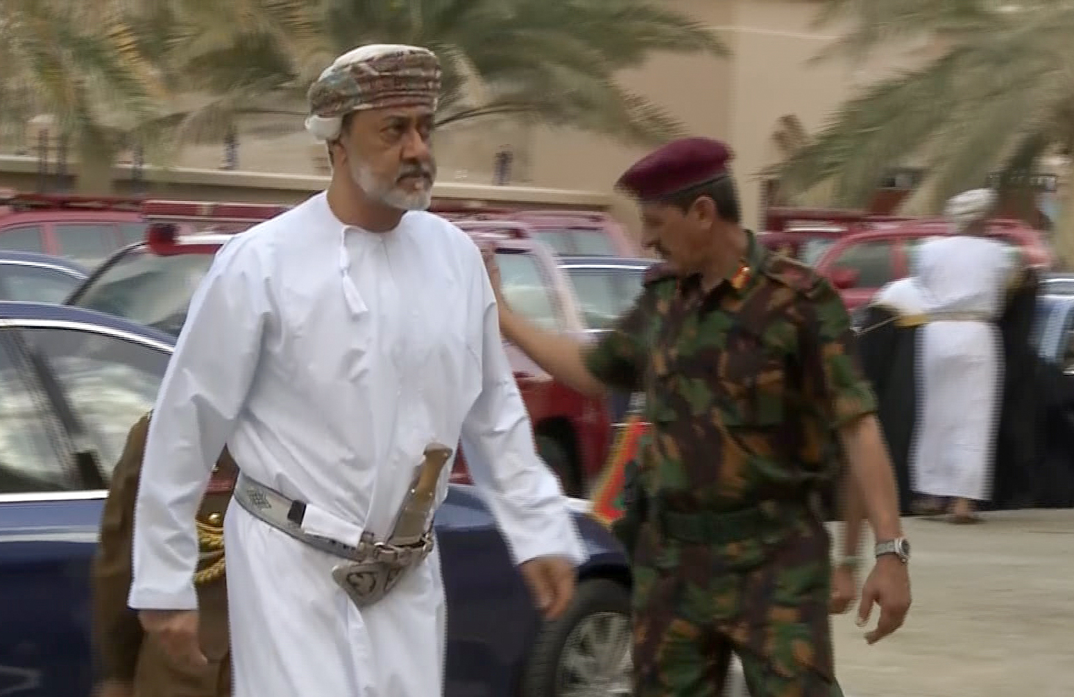 السلطان هيثم بن طارق يصدم محمد بن سلمان بشأن عدو السعودية اللدود إيران