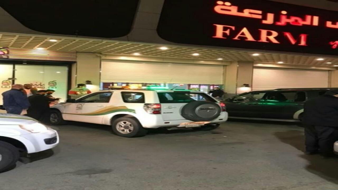 """واقعة صادمة.. آسيوي """"يبصق"""" على الأبواب والمقابض وعربات التسوق بالسعودية لنشر العدوى"""