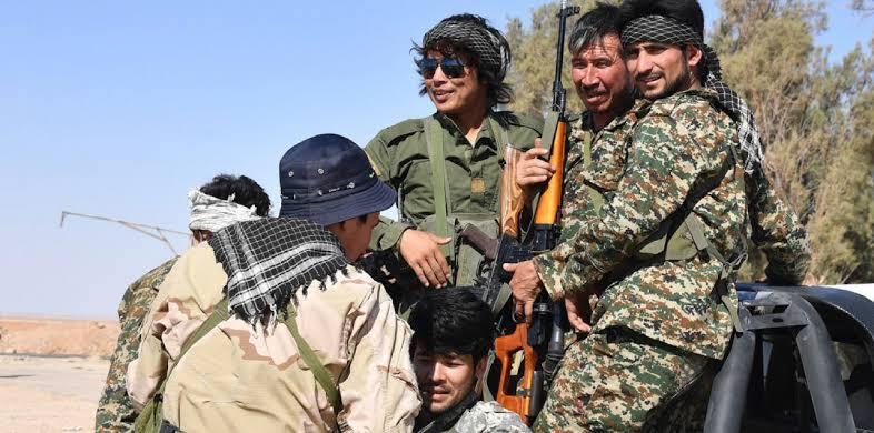 """مفاجأة غير متوقعة.. ظهور جندي """"ٱسيوي"""" بسلاحه الكامل وسط دمشق (صور)"""