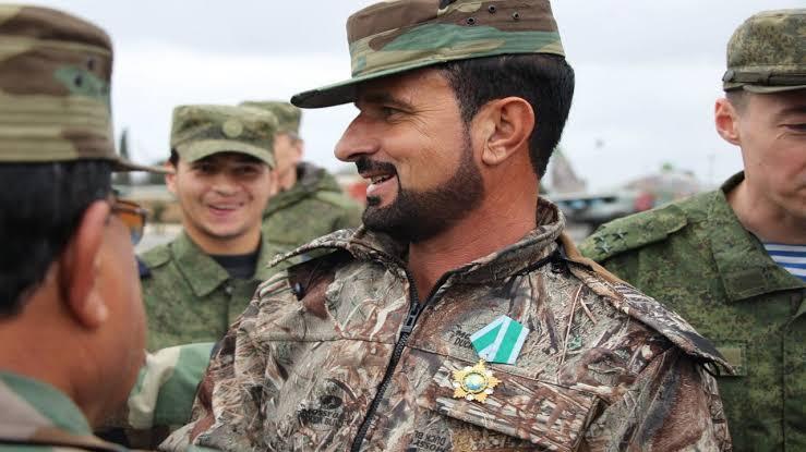 بحذاء نظيف وزي عسكري أنيق.. صورة مسربة لسهيل الحسن من معارك حماة تثير سخرية واسعة (صورة)