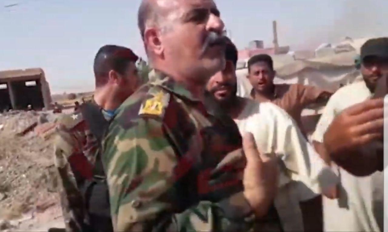 بدعم من قسد.. متظاهرون يعتقلون ضابط برتبة عميد في ديرالزور