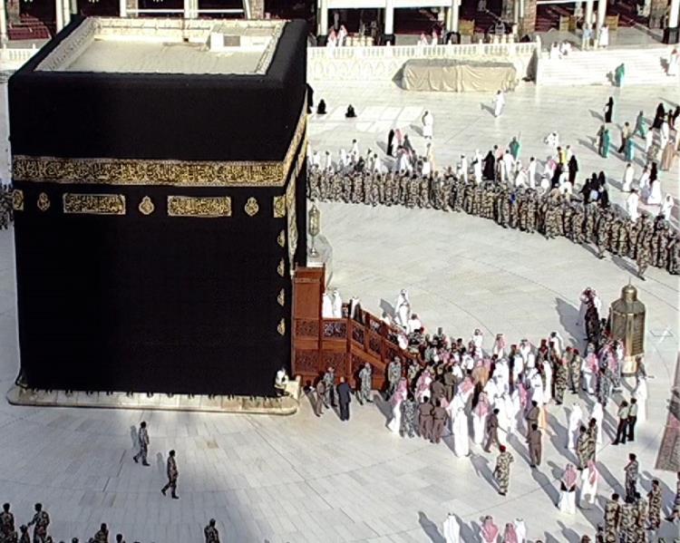 مشد مثير في المسجد الحرام.. محاصرة أمير سعودي أمام الكعبة (فيديو)