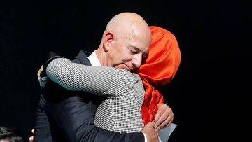"""صدمة في ذكرى مقتله.. """"خطيبة خاشقجي"""" في أحضان أغنى رجل بالعالم وعدو محمد بن سلمان (صور)"""