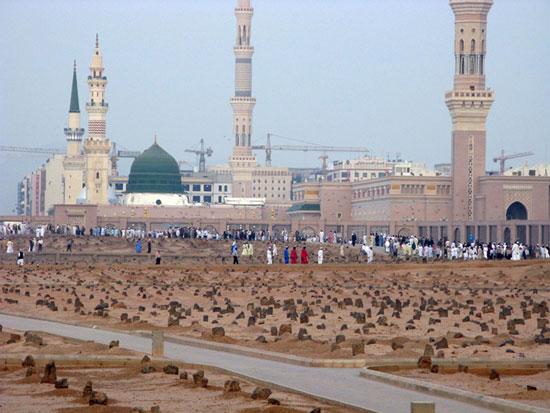 مفاجأة صادمة.. زعيم عربي حارب الإسلام بلا هوادة يُدفن بجوار الصحابة في المدينة المنورة