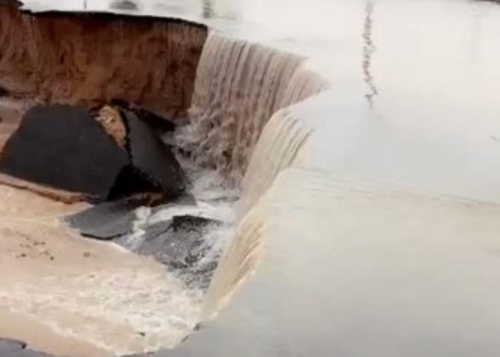 """""""ريحًا صرارًا"""" تجتاح السعودية.. عاصفة ثمود وصواعق عاد تدمر وتقتل ما في طريقها (صور)"""
