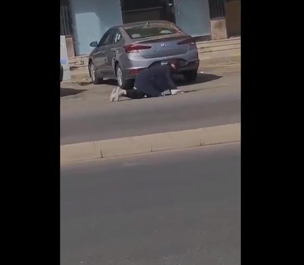 فيديو مرعب.. مصابة بكورونا تتجول في شوارع جدة وتسقط أمام المارة