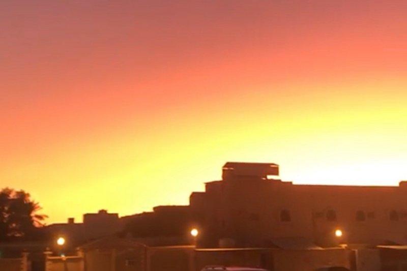 كأنها يوم القيامة.. شروق الشمس قبل موعدها في السعودية والشفق الأحمر يبث الرعب (فيديو)