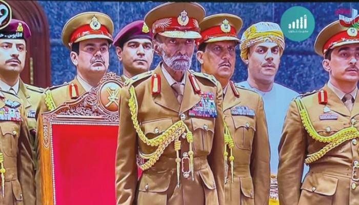 """على وقع التوترات في المنطقة.. ظهور مثير لـ""""السلطان قابوس"""" بالزي العسكري (صورة)"""