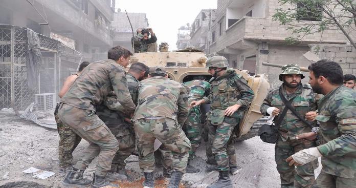 """أبرحوه ضربًا.. مقتل عنصر من """"قوات الأسد"""" داخل مدرعته العسكرية في السويداء"""