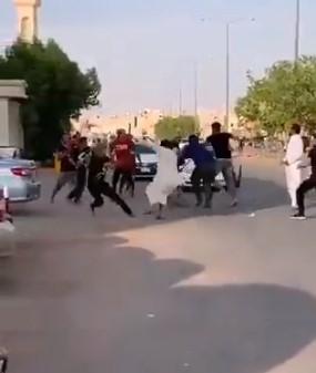 """الظاهرة تنتقل من تركيا إلى السعودية.. حرب شوارع بـ""""السكاكين والعصي"""" بين سوريين في الرياض (فيديو)"""