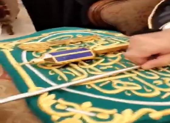 يصعد الكعبة مرتين سنويًا.. شخصية رفيعة تظهر في مكة وتكشف أمانة الرسول والحضور يكبرون (فيديو)