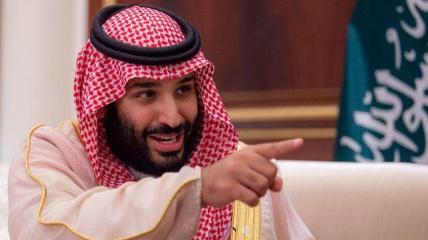 """ممسكًا بـ""""سيفه"""" من مكة.. أول ظهور لـ""""محمد بن سلمان"""" بعد أكبر تفجيرات في السعودية (صور)"""