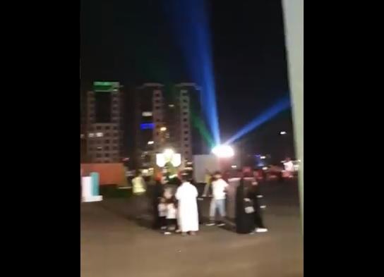 """على وقع الأذان.. سعودي يتجول في مهرجان جدة ويكشف ما يحدث: """"هذه السعودية"""" (فيديو)"""