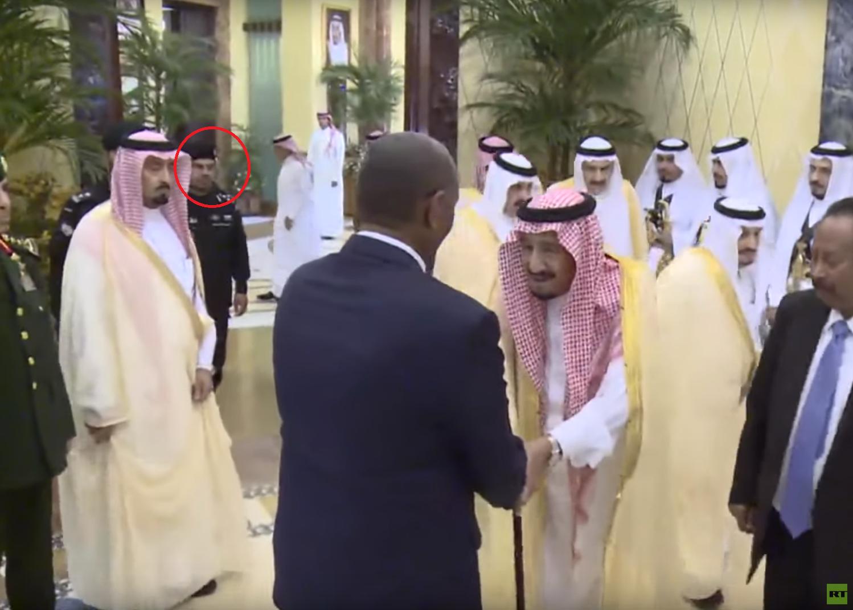 """خلفية """"الفغم"""".. شاهد حركات الحارس الجديد لـ""""الملك سلمان"""" في أول ظهور رسمي (فيديو)"""