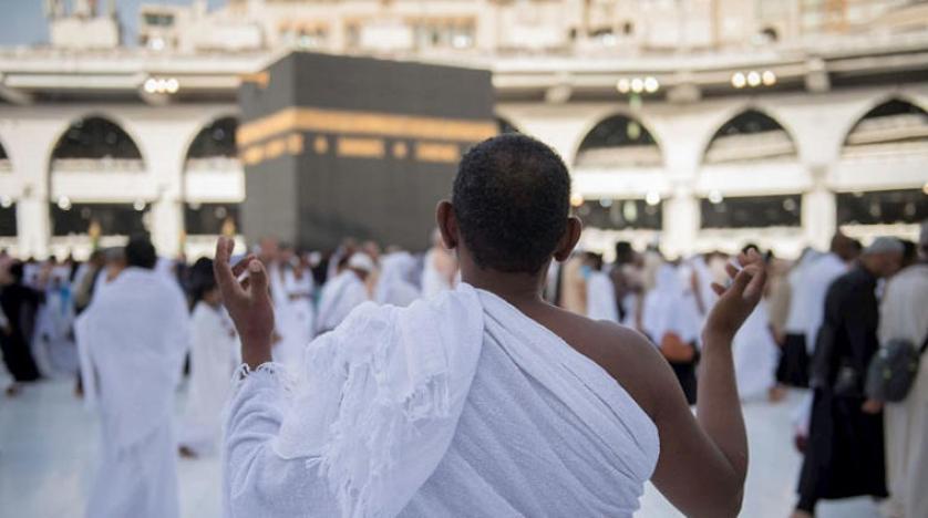 معتمر يرتكب فعلًا صادمًا قرب إمام المسجد الحرام.. وردة فعل سريعة لرجل أمن (فيديو)