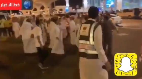 فوضى في مطار المدينة المنورة وذعر بين الحجاج.. ورجل أمن سعودي يصرخ (فيديو)