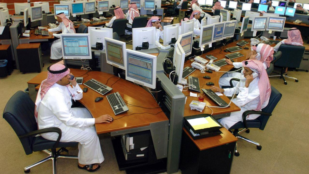 صدمة قوية للعاملين في السعودية.. إنهاء عقود وخفض رواتب القطاع الخاص 40%