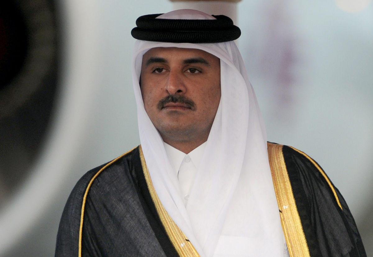 أمير قطر يغادر قمة تونس بشكل عاجل قبل إلقاء كلمته ويتوجه إلى المطار