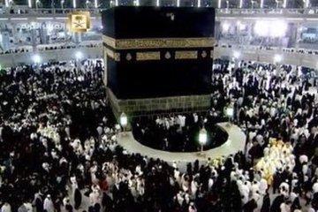 السواد يكسو صحن المطاف.. كشف سرّ الهجوم على الكعبة من نساء مكة (فيديو)