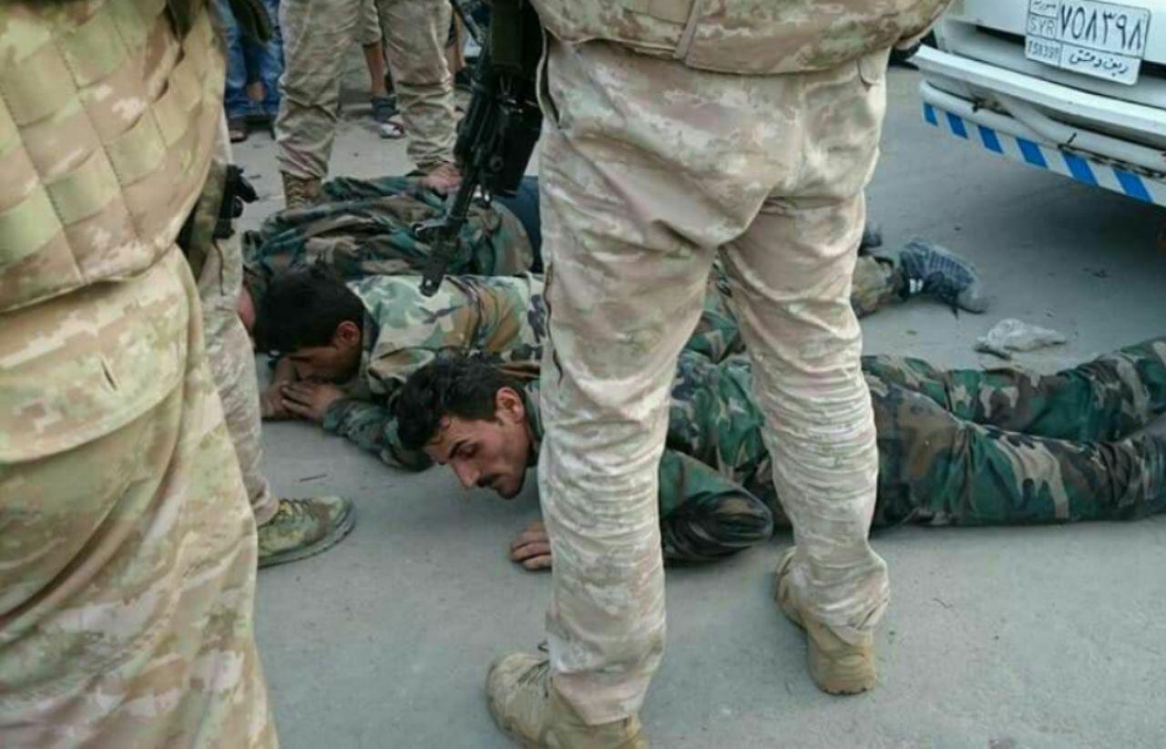 """أقوى واقعة إذلال روسية لـ""""جنود الأسد"""" في درعا.. إحراق حاجز للأمن العسكري وسجن عناصره"""
